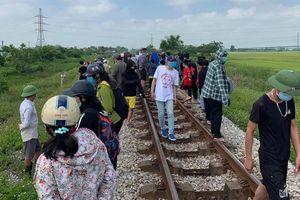 Nghệ An: Lái tàu tá hỏa phát hiện mẹ ôm xác con nằm dưới đường tàu