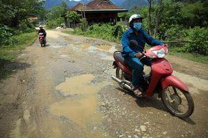 Nghệ An: Người dân Quế Phong đánh vật trên quốc lộ xuống cấp nghiêm trọng