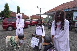 Hóa trang thành ma quỷ đứng gác chốt phòng dịch COVID-19 tại Indonesia