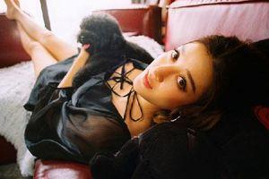 Á hậu Huyền My chụp ảnh cùng 'bạn thân' gắn bó 10 năm