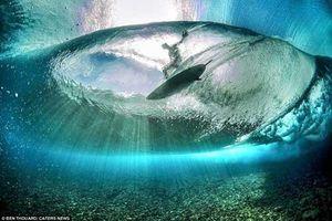 Hình ảnh lướt sóng ngoạn mục dưới đáy đại dương