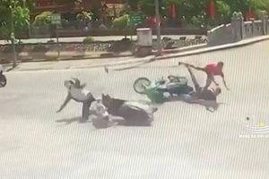 Vượt đèn đỏ, tài xế xe máy tông văng cô gái tại ngã tư