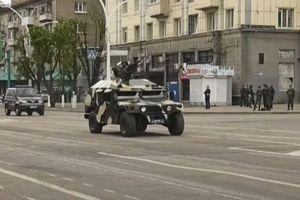 Xe Humvee Mỹ tặng Ukraine thành chiến lợi phẩm tham gia diễu binh ở Donbass