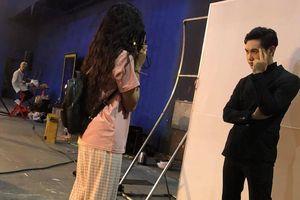 Khánh Vân trổ tài chụp ảnh film trong hậu trường The Heroes
