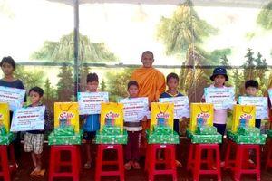 Trao 10 suất học bổng đến học sinh nghèo miền núi xã Đắk R'Măng