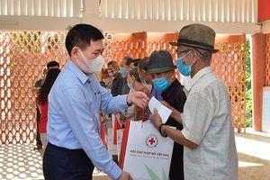 Bộ trưởng Hồ Đức Phớc tặng quà cho bệnh nhân nghèo tại Bình Định