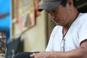 Người đàn ông hơn 20 năm sửa chữa, tặng giày dép cho người nghèo