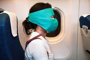 Muôn kiểu phòng bị trên máy bay những ngày dịch lây lan