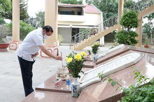 Bộ trưởng Bộ VHTTDL Nguyễn Văn Hùng dâng hương tại Di tích lịch sử quốc gia Ngục Kon Tum