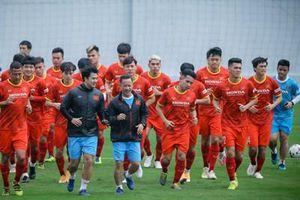 Đội tuyển bóng đá Việt Nam tập luyện vào buổi trưa