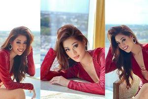 Khánh Vân diện váy xẻ ngực sâu táo bạo, chiếm trọn spotlight ngày thứ 3 tại Miss Universe