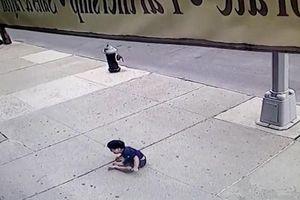 Bé 3 tuổi sống sót thần kỳ sau khi rơi từ tầng 5