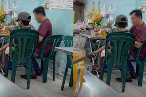 Hai bố con vào quán ăn bún, hành động của ông bố khiến ai nấy thở dài: Yêu con thế này bằng mười hại con