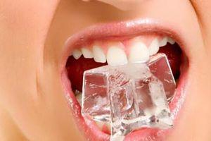 Những nguy cơ xấu về sức khỏe khi có thói quen nhai đá lạnh