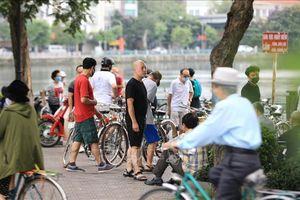 Nhiều người dân Thủ đô vẫn tụ tập, không đeo khẩu trang