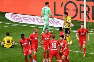 Thắng kịch tính Leipzig, Dortmund 'dâng' cúp cho Bayern