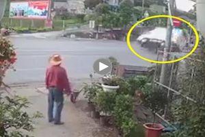 Xe tải bị lật sau pha phanh gấp, đánh lái tránh xe máy sang đường