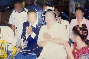 Tâm nguyện cuối của người mẹ là được ly hôn, con gái choáng váng khi xem bức ảnh cưới ố vàng, vén màn câu chuyện nhiều uẩn khúc