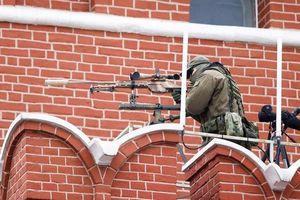 Lính bắn tỉa Nga với siêu súng T-5000 tại các điểm cao trên Quảng trường Đỏ