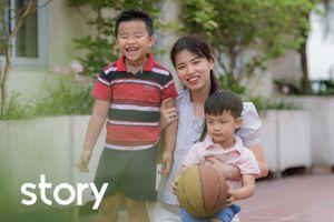 Nữ giảng viên vừa dạy học online, vừa chăm 2 con nhỏ ở nhà trong dịch