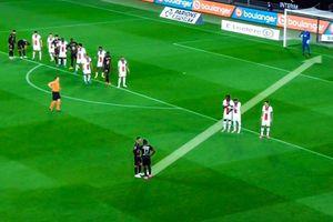Cầu thủ gây bất ngờ với pha dàn xếp đá phạt trước PSG