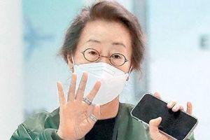 Netizens đồng loạt gọi Youn Yuh Jung 'Mẹ chồng quốc dân' dù con trai nữ diễn viên vẫn FA