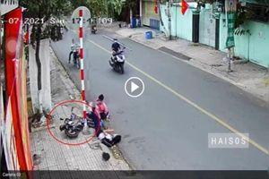 Đạp mạnh vào hai em học sinh, cặp đôi đi xe máy gây phẫn nộ