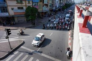 Hà Nội nắng nóng đỉnh điểm, netizen khơi lại '1001' cách dừng đèn đỏ