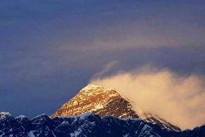 Ngăn COVID-19 từ Nepal, Trung Quốc lập dải phân cách trên đỉnh Everest