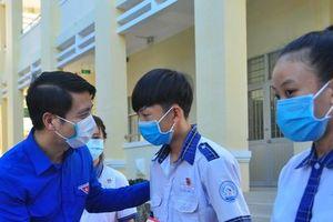 Bí thư Trung ương Đoàn tặng quà cho học sinh Trà Vinh