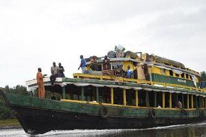 Tàu vỡ đôi khi đâm vào khúc cây trôi sông, ít nhất 30 người thiệt mạng