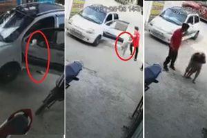 Hốt hoảng thấy ô tô trôi ra đường nhưng hành động của người đàn ông lại khiến dân mạng phẫn nộ