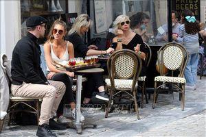 Người dân Bỉ vui mừng khi được phép ngồi cà phê hè phố