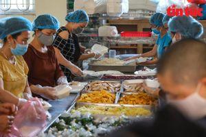 Hàng trăm suất cơm từ thiện hỗ trợ bệnh nhân cách ly tại Bệnh viện K cơ sở Tam Hiệp