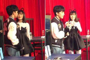Uni5 'đẩy thuyền', thúc giục Han Sara hôn Tùng Maru trong hậu trường The Heroes