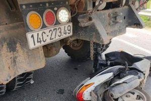 Đâm vào đuôi xe ô tô đang sang đường, nữ tài xế xe máy bị thương