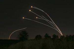 Hứng 'mưa' rocket từ Dải Gaza, Israel điều xe tăng trả đũa