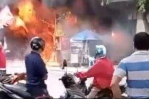 Nhiều tiếng nổ phát ra từ đám cháy cửa hàng sơn khiến người dân hoảng sợ