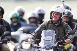 Tổng thống Brazil lái mô tô vận động tranh cử, không đeo khẩu trang
