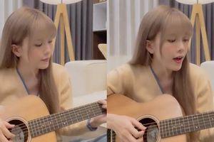 Vừa ôm đàn vừa hát 'Love, Rosie', Thiều Bảo Trâm gây bất ngờ với giọng hát live ngọt ngào