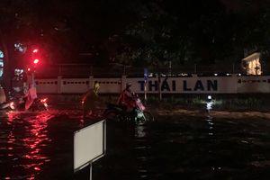 Hà Nội phố biến thành sông sau mưa lớn