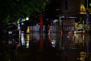 Mưa lớn kèm sấm sét diện rộng, nhiều tuyến phố Hà Nội ngập sâu