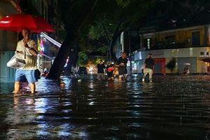 Hà Nội lại ngập lụt sau trận mưa lớn bất ngờ chiều nay