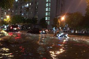 Mưa lớn sau nắng gắt, nhiều phố Hà Nội ngập nước