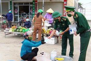 Chiến sỹ biên phòng Hà Tĩnh tuyên truyền lưu động phòng, chống COVID-19