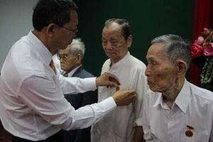 Bình Định: Trao tặng 483 Huy hiệu Đảng đợt 19/5/2021