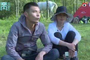 Vợ chồng Trung Quốc cưỡi ngựa ngao du như phim kiếm hiệp