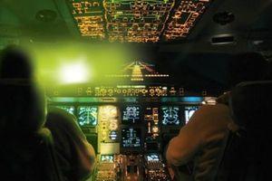 Xử lý nghiêm hành vi chiếu laser vào buồng lái máy bay