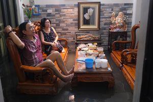 Ngồi chờ nước rút hàng giờ sau mưa lớn ở Hà Nội