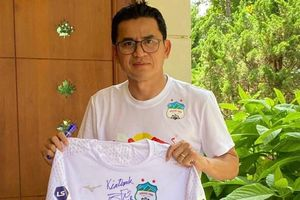 Kiatisuk bán đấu giá chiếc áo được 130 triệu đồng